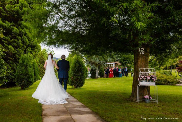 Novia de camino a casarse de la mano con el padrino