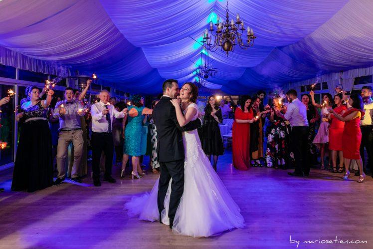 Novios bailando el día de su boda entre sus invitados