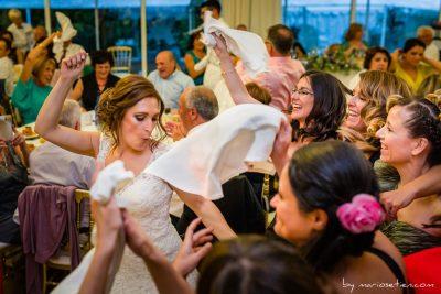 Novia y amigas de la novia bailando