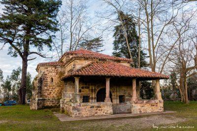 Vista frontal de la Ermita de San Antonio en Caviedes
