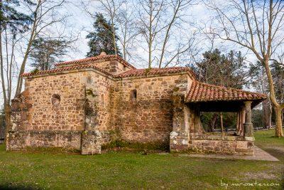 Vista lateral de la Ermita de San Antonio en Caviedes
