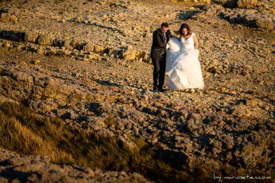 Sesión de fotos de boda con los novios en Suances en Piedra Blanca