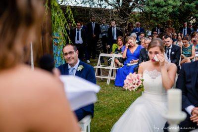la madre de la novia se emociona durante una boda