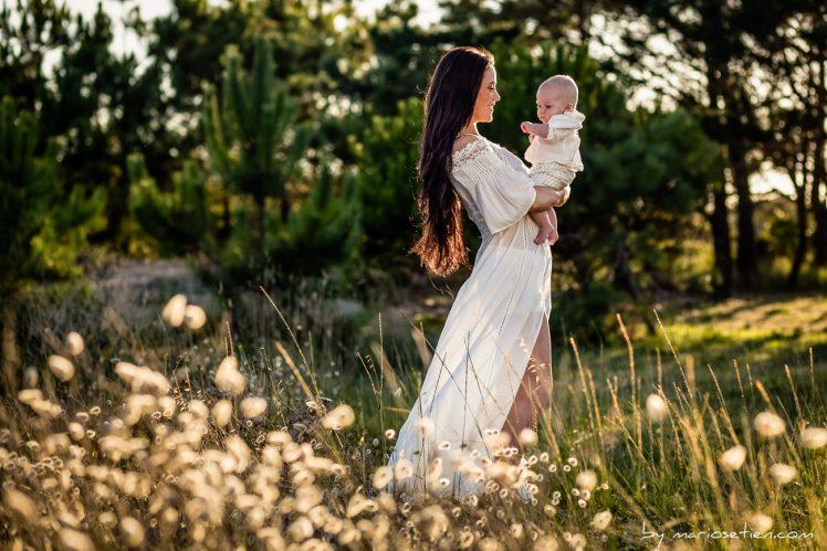 Madre con su bebé en brazos en un bosque en Comillas, Cantabria