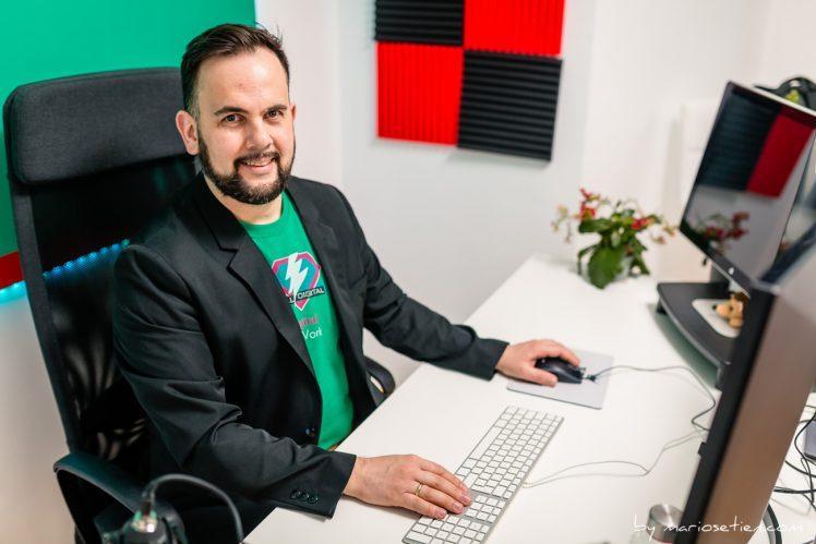 profesional sentado en su despacho delante del ordenador