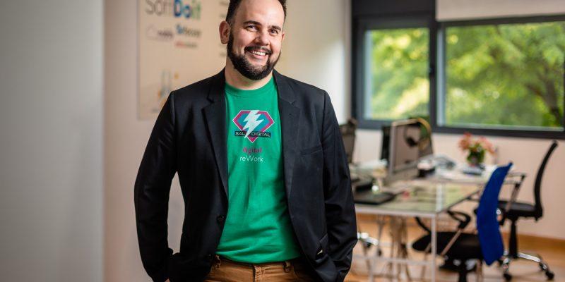 Emprendedor sonriendo en su oficina de Solares