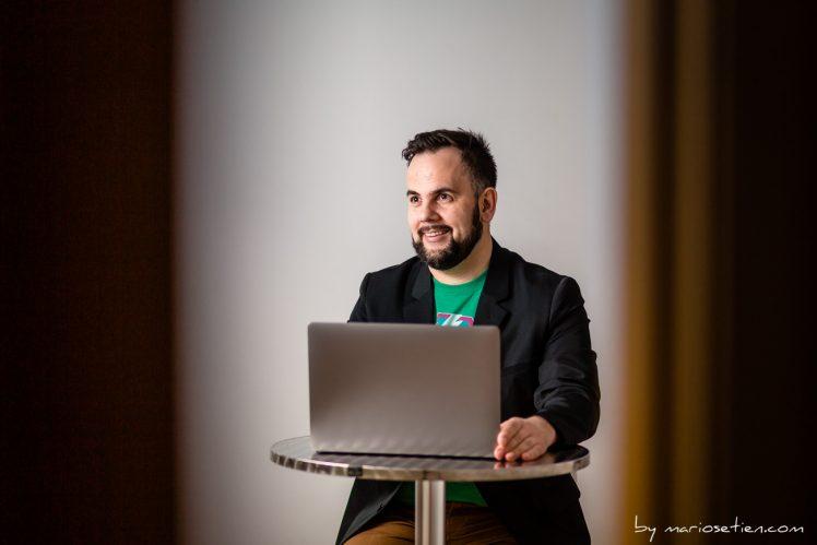 Profesional sentado trabajando con su ordenador portátil