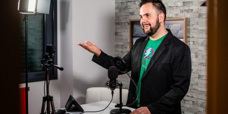 Emprendedor hablando a cámara con un micro